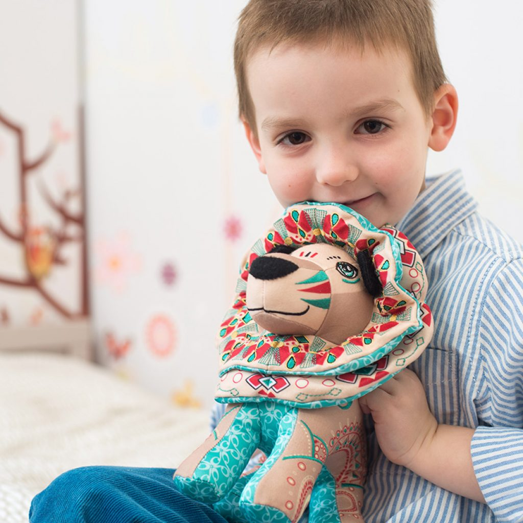 kid-with-papinee-lion-toy-